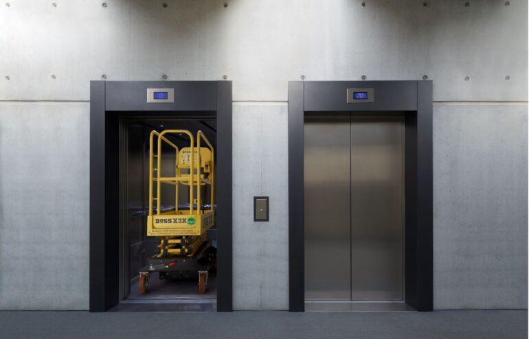 Nacela Push Around poate fi urcata cu liftul de persoane